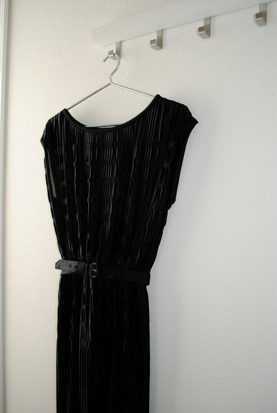 a vintage pleated accordion dress. black and belted. size xsmall