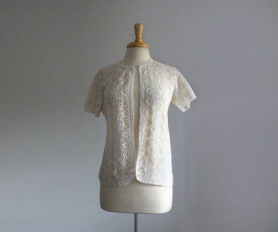 beautiful 1960s intricate crochet flower short sleeve top in ivory and white, size small or medium