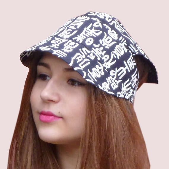 Sunrise Beach Hat, Adjustable Visor Headband With Bandanna Back, Newsboy Cap in Black and White Chinese Script
