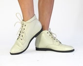 Vintage Off White Leather Ankle Boots Shoes, Size 6M