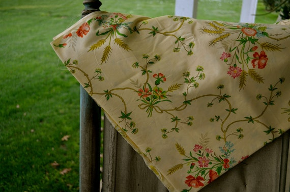 Beautiful Vintage Lightweight Cotton Floral Material 2 yards