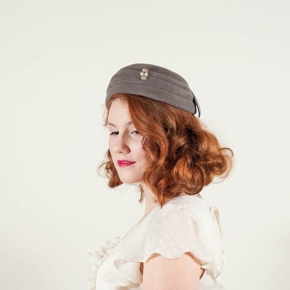 vintage 1950s hat / pillbox / Dove