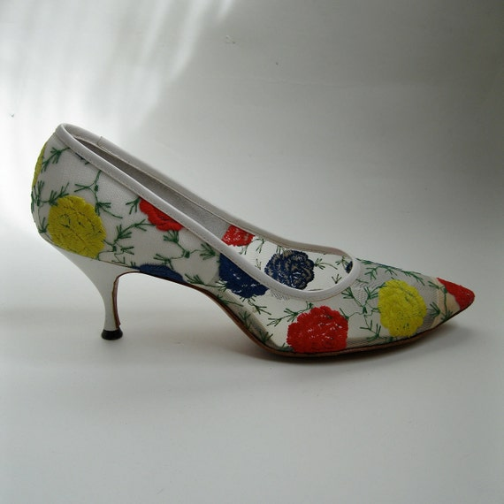 Vintage 1960s White Floral Shoes Wedding High Heel Primary Color Bridal Fashions Size 7