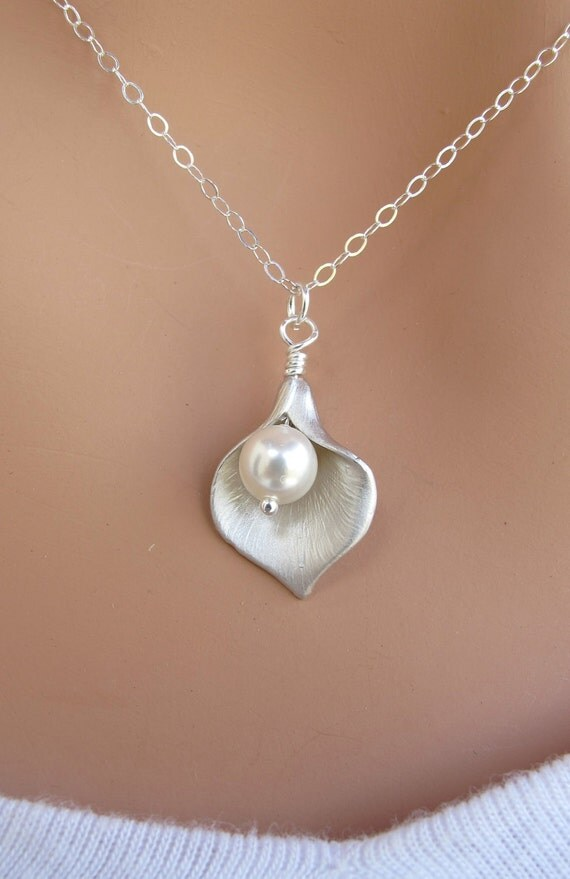 Calla Lily and Pearl necklace. STERLING SILVER.Wedding. Bridesmaids Gift.