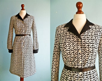 Vintage 60s 70s day dress / black and white / bold graphic dress / long sleeves / midi / buttoned / medium