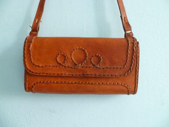 Vintage caramel leather shoulder bag purse / 70s / hippie / handtooled leather
