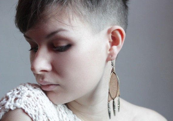 Leather dangle earrings in brown and brass
