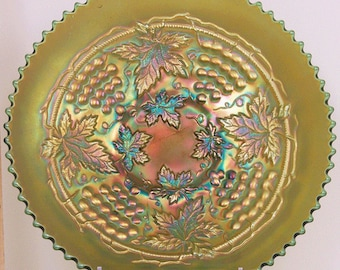 """Northwood Green Carnival Glass Grape and Cable 9"""" Plate"""