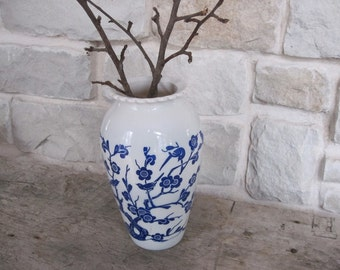 Vintage Vase Blue And White Floral Birds Oriental Anchor Hocking Fire King Vitrock Hoover