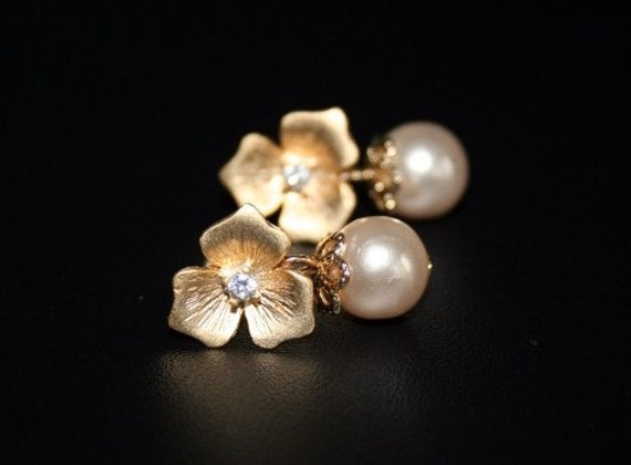 Flower Earrings with Pearls in Gold. Pearl Earrings. Bridesmaid Earrings. Wedding. Bridal Jewelry. Swarovski. Sister. Mom. Daughter. Friend.