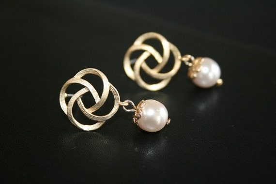 Golden Rose Post Earrings with Swarovski Pearls. Bridesmaids Earrings. Bridesmaids Gift. Wedding Gift. Bridal Jewelry. Gift for Her.