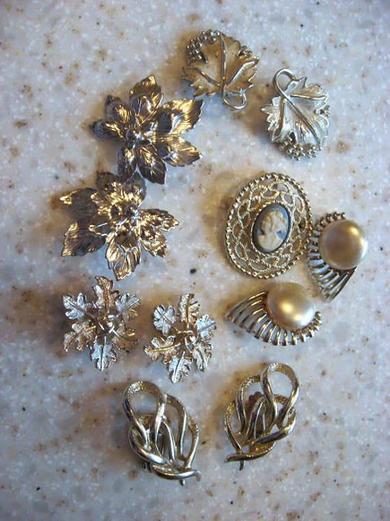Lot of Sarah Coventry jewelry  5 prs of clip on earrings and a brooch.