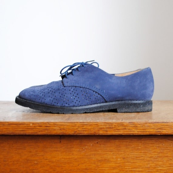 vintage shoes / navy blue suede oxfords (size 5-6)