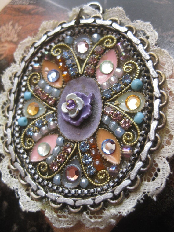 Beautiful Vintage Floral Pendant with Gem & Lace Detail