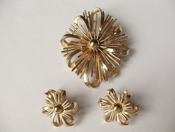 Vintage 1950's Crown Trifari Brooch pin and clip on earrings set, Atomic age brooch, Mid century brooch, Gold enamel brooch Costume jewelry