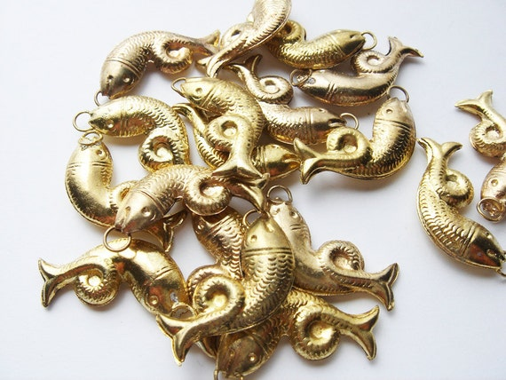 18 vintage Large Metal fish charms HC093 (last two)