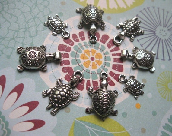 Collection of 8 turtle charms - C553