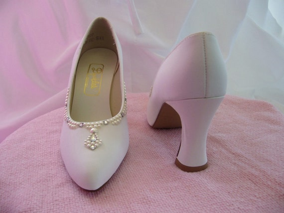 1980s White Dyeables High Heel Pumps with pearls Size 6