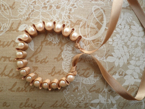 Pearl bracelet with beige ribbon
