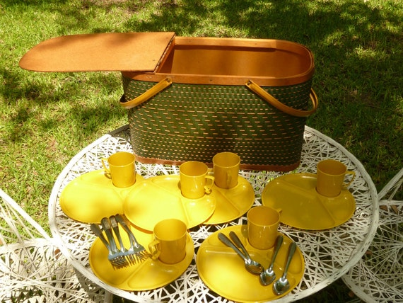 Great Looking Green and Tan Woven Wicker Picnic Basket
