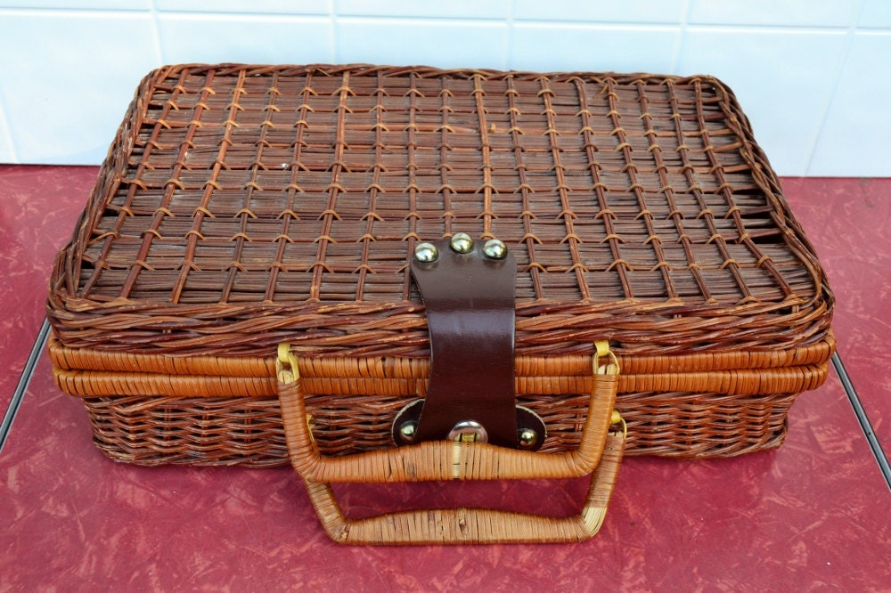 small picnic basket hinged lid lunch size wicker woven tote. Black Bedroom Furniture Sets. Home Design Ideas