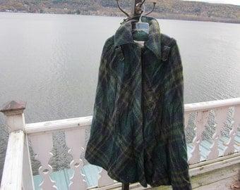 SALE...amazing vintage cape,poncho,sherlock holmes, plaid wool one size, button down fabuloso