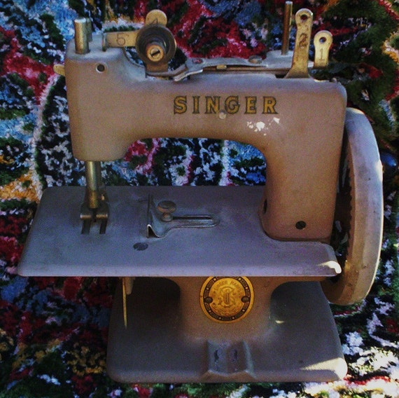 Price Reduced.  Vintage Toy/Salesman's Sample Singer Sewing Machine. Siman Co. Made in USA