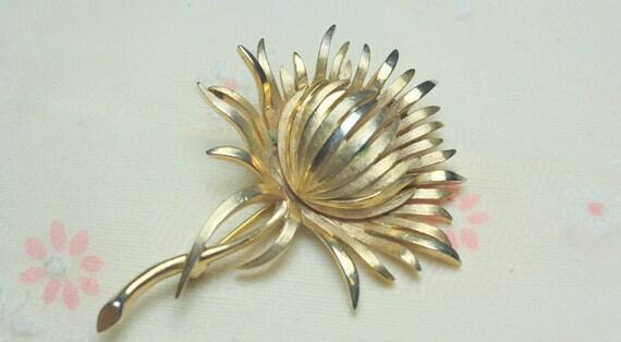 Crown Trifari Gold Flower Vintage  Brooch
