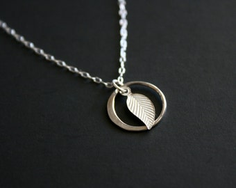 Tiny leaf and circle necklace - Sterling Silver