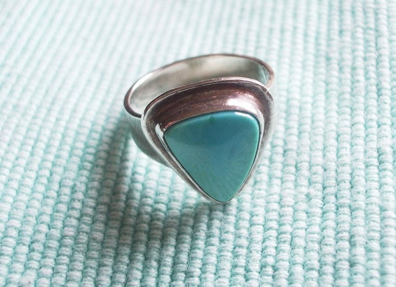 Vintage Handcrafted California Mojave Desert Turquoise and Sterling Silver Ring 1970s Size 7-1/4