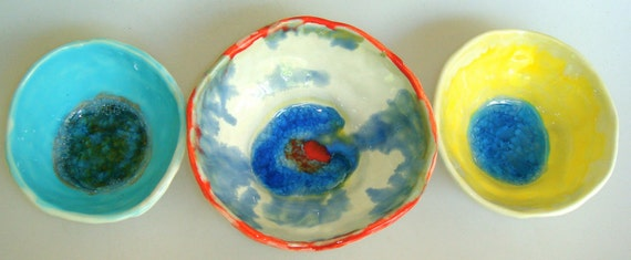 Small bowls with crackled glass