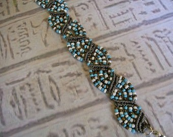 Micro macrame bracelet in turquoise bronze and white. Beach bracelet.