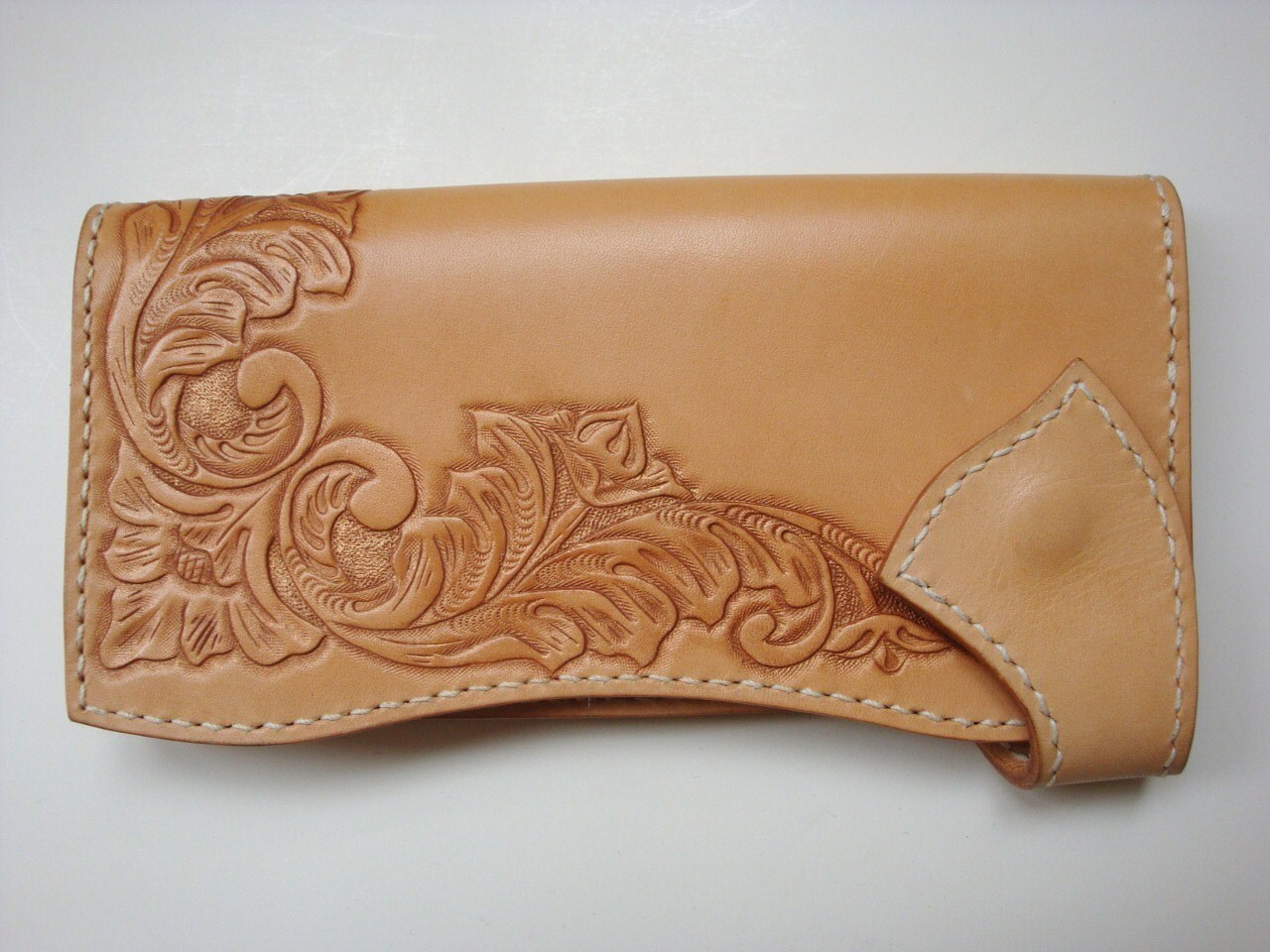 Aki leather wallet with bronze flower carving