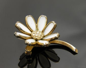 Vintage 1940s Crown Trifari White Poured Milk Glass Floral Brooch Pin In Goldtone Setting