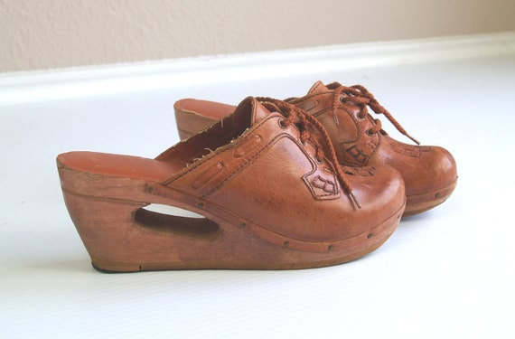 Rare vtg 70s honey leather DONUT HOLE cutout Real Wood Hippie CLOGS woven leather 10 shoes gypsy