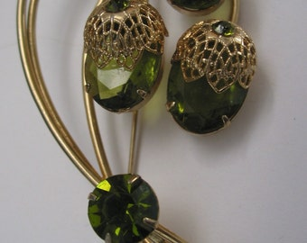 Large Vintage Sarah Coventry brooch in peridot and gold tone