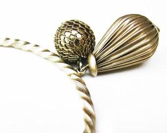 Vintage Charm Bracelet / Bangle Bracelet in Twisted Gold - Bracelet à Breloques.