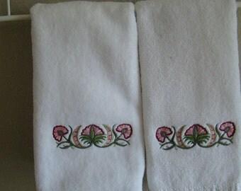 Set of 2 embroidered fingertip towels