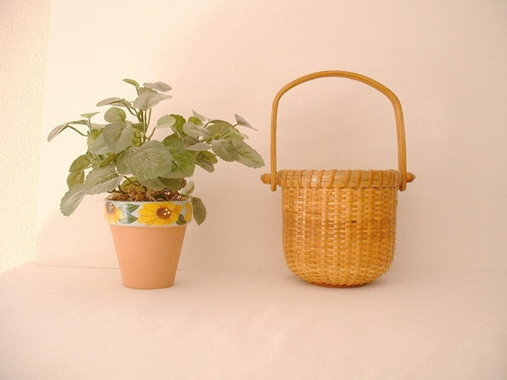 Cape Cod Nantucket Basket. Country Cottage. Nice piece of Americana.One of Two.