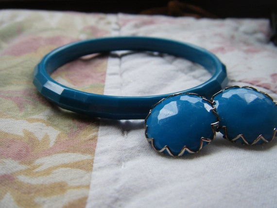 Bangle Bracelet Blue With Free Matching earrings , Lucite Vintage
