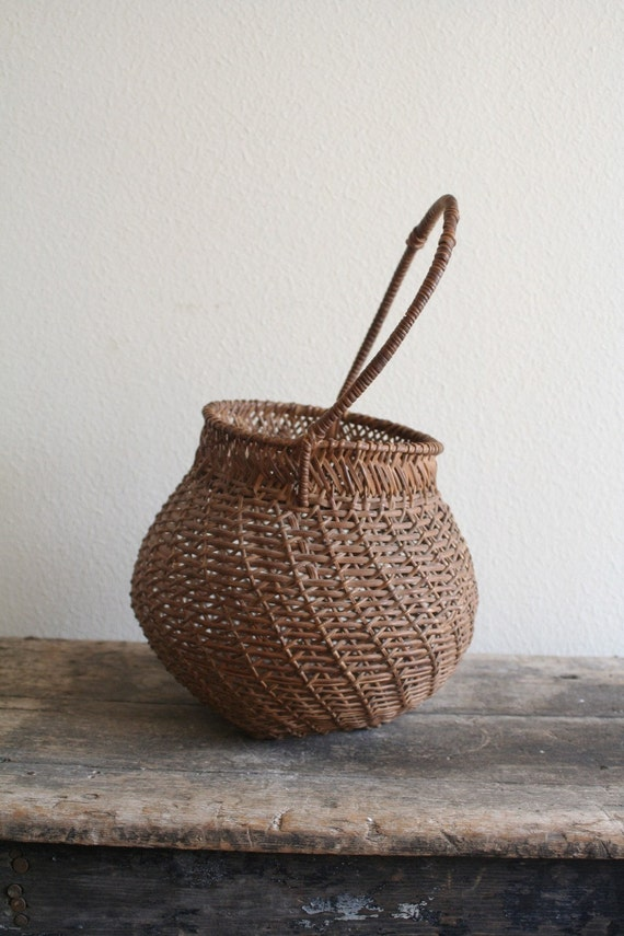 Vintage basket : Primitive egg