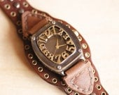 Vintage Retro Steampunk Handcraft Wrist Watch with Stud Leather Band /// Guckkasten - Perfect Gift for Birthday and Anniversary