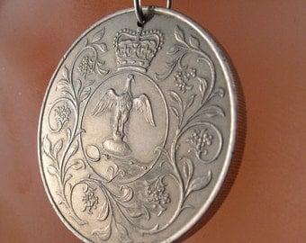 ENGLAND COIN NECKLACE. silver jubilee crown bird coin. 1977 coin. queen. equestrian. british. uk. No.001085