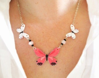 Pink Butterfly Trend Necklace Jewelry Delicate and Pretty Gifts for Mom Girlfriend Sister Bright Insect Image Present Pretty Bug