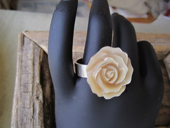 Rose on Silver Ring ./. Ivory Colored Rose Ring ./. Bague avec Rose ./. Carved Mother of Pearl Rose ./. Rose Ring ./. Large Carved Rose