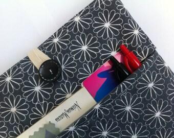 iPad Sleeve, iPad Case, iPad Cover, iPad Air Case - Padded BONUS Zippered Front Pocket (Modern Daisies)