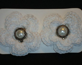 Crochet - White crocheted flower hair clips/with pearl buttons