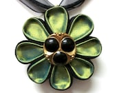 CLOSE ENCOUNTERS - Green Silk Kanzashi Flower Pendant Necklace