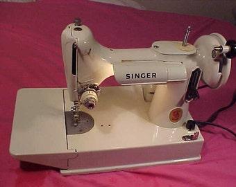 Singer 221K White featherweight vintage 60s Sewing Machine in green box