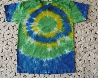 Tie dye Youth Large tee in a BULLSEYE of green, cerulean and yellow